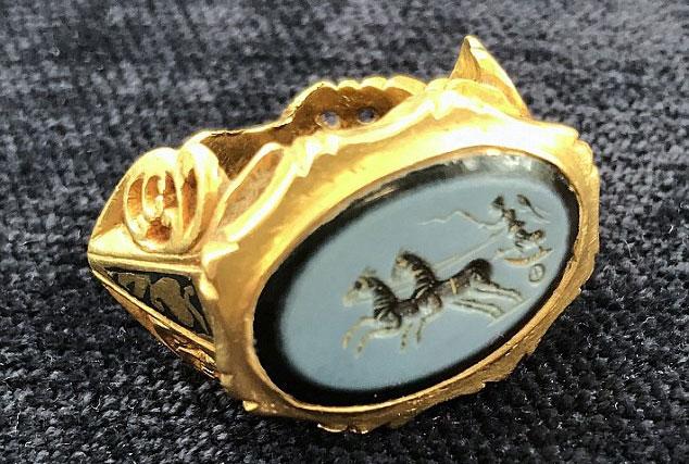 Chiếc nhẫn này có khắc hình tượng nữ thần chiến thắng Victoria đang cưỡi một chiếc xe ngựa kéo bởi hai con ngựa.