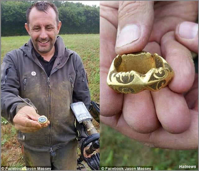 Ông Jason Massey cùng chiếc máy dò kim loại và chiếc nhẫn vàng ông tìm được.