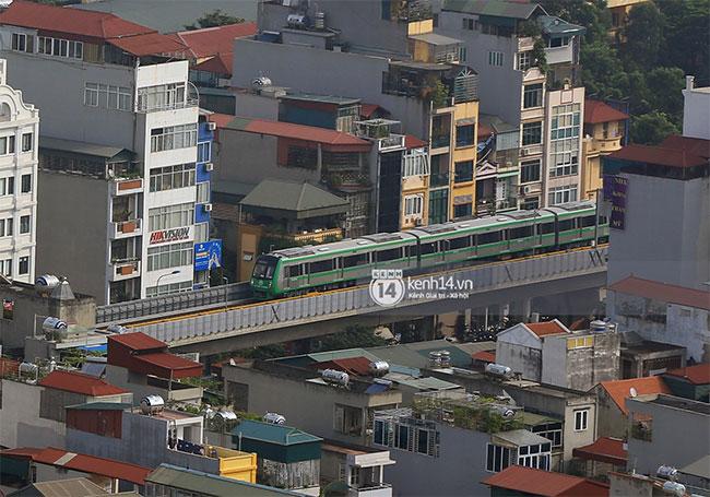 Có nhiều đoạn chuyến tàu băng qua khu dân cư thu hút sự chú ý của người dân.