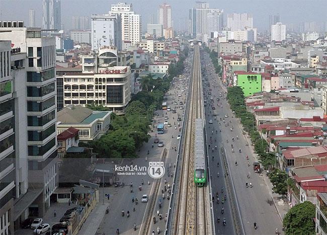Chưa đầy 10 phút, đoàn tàu đến khu vực đường Nguyễn Trãi (quận Thanh Xuân, Hà Nội).