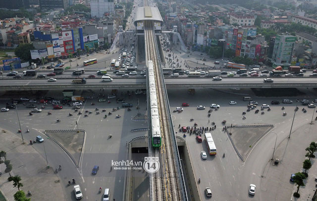 Ngã bốn tầng bao gồm 3 tầng đường bộ và 1 đường sắt trên cao.