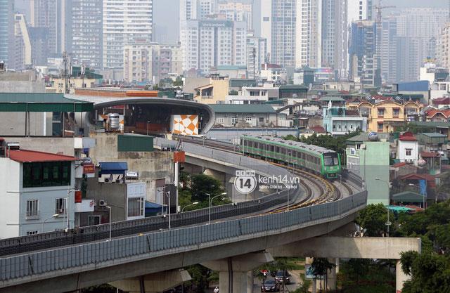 Chỉ hơn 3 phút, đoàn tàu tới khu vực phố Thái Hà.