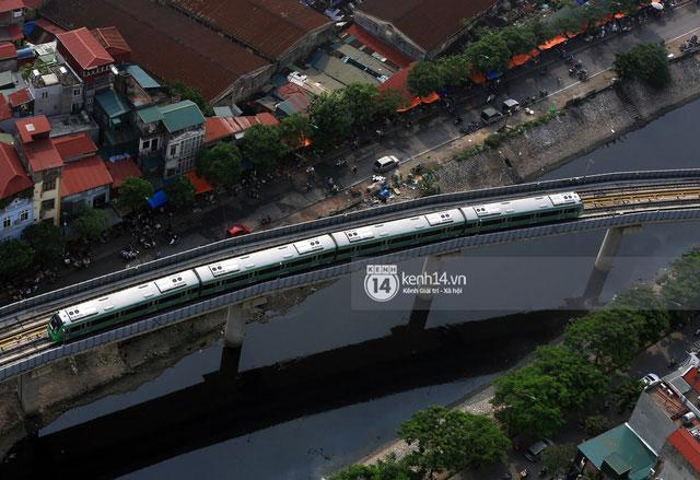 """Đoàn tàu """"vút"""" qua sông Tô Lịch (phường Quan Hoa, Cầu Giấy, Hà Nội)."""