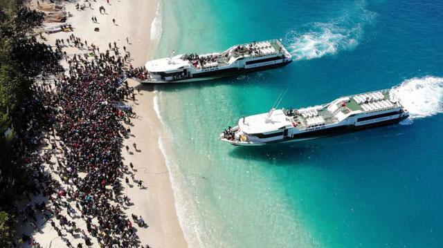 Các tàu chở khách du lịch sơ tán khỏi đảo Gili Trawangan, Lombok, Indonesia.