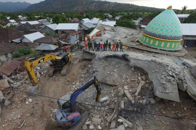 Khuôn viên nhà thờ Jamiul Jamaah bị đổ sập một phần sau trận động đất.