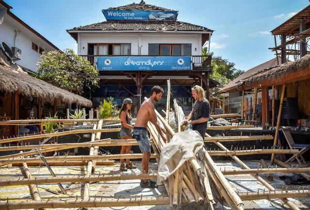Người nước ngoài dọn dẹp cửa hàng đổ nát trên đảo Gili Trawangan.