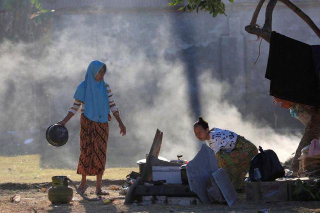 Người dân dọn dẹp đống đổ nát sau động đất.