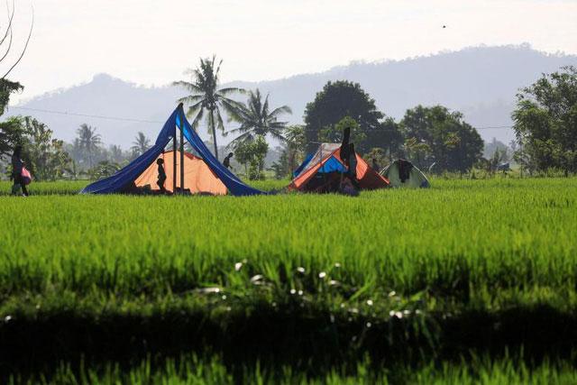 Người dân dựng tạm lều để trú ẩn sau động đất.