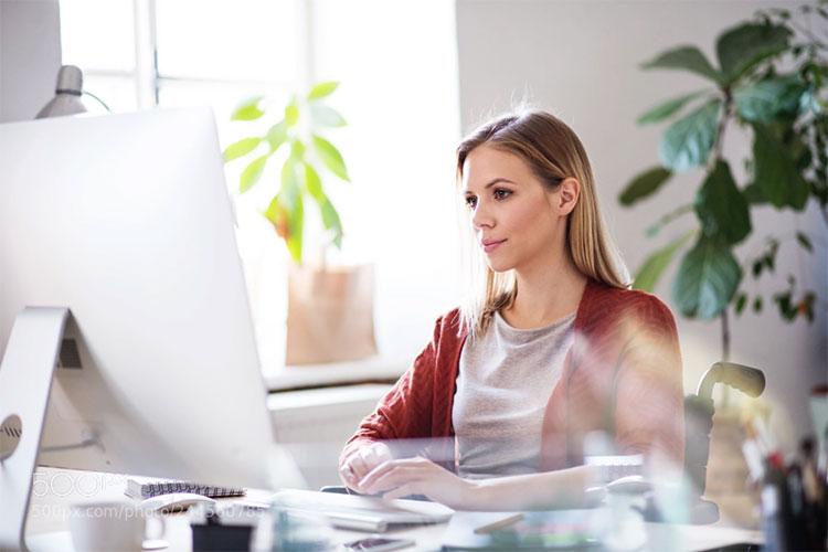 Tư thế ngồi thẳng lưng giúp bạn tập trung và giải quyết công việc nhanh nhạy hơn