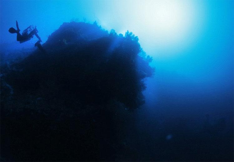 Vật thể ngập nước không xác định (USO) này có hình thù kỳ lạ, dài tới 182m.