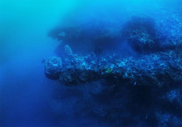 """Nhà thám hiểm Miklos cũng tìm thấy các hình thù kỳ lạ và không giải thích được xung quanh """"phi thuyền""""."""