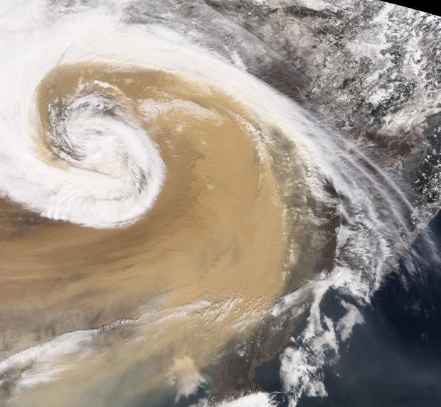 Một cơn bão bụi tạo thành lốc xoáy trên cả lãnh thổ Trung Quốc năm 2001.