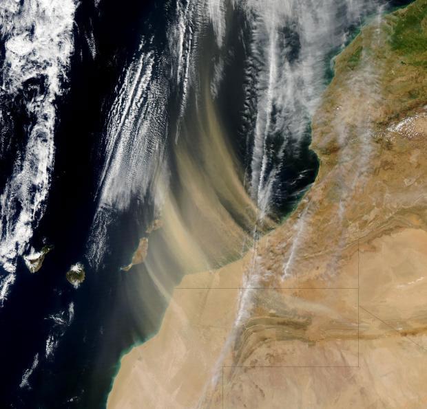 Một cơn bão bụi hoành hành ngoài khơi bờ biển Morocco vào năm 2003.
