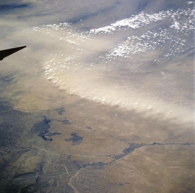 Một cơn bão bụi tại Afghanistan được nhìn thấy từ tàu con thoi Atlantis năm 2000.