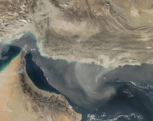 Một cơn bão bụi trên Vịnh Oman năm 2003.