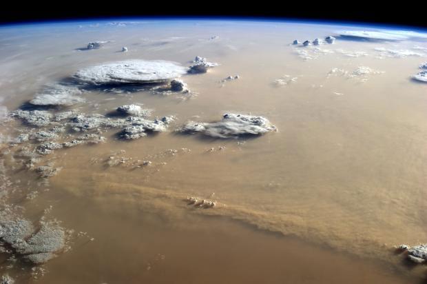 Một cơn bão bụi khổng lồ trên Sahara được chụp từ Trạm vũ trụ quốc tế vào năm 2014.
