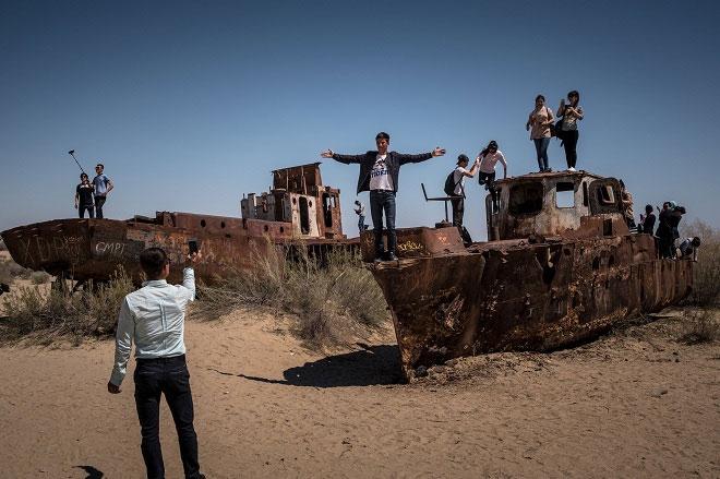 Du khách đổ dồn đến khu vực để chứng kiến tận mắt những tác động của biến đổi môi trường.