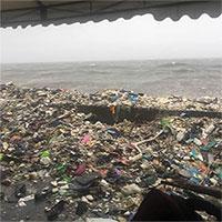 Sóng rác liên tục ập vào bờ biển Philippines