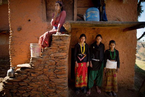 Đôi khi, những người phụ nữ này phải sống chung với đàn dê của nhà.