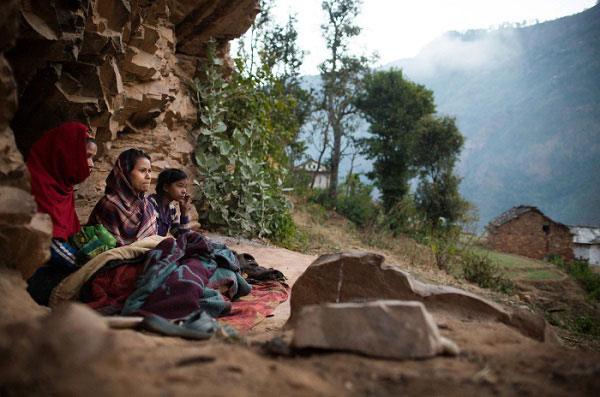 Hình ảnh những người đang bị sống cách ly tại vỉa đá ở làng Kalekanda, Nepal.