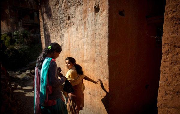 Do không được sử dụng chung nguồn nước với dân làng nên người phụ nữ này buộc phải đi rất xa để tìm nguồn nước.