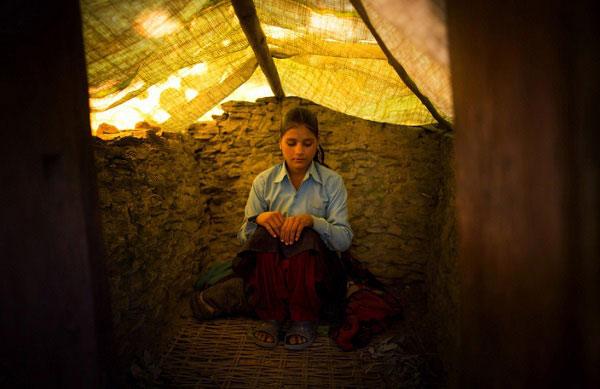 Jaukala (14 tuổi) phải chịu cảnh sống trong nhà kho tạm bợ bởi cô đang đến ngày đèn đỏ.