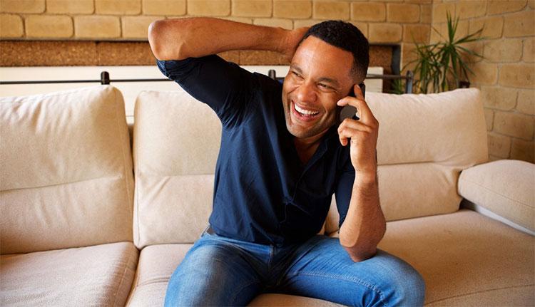 Xu hướng tự nhiên của con người là đồng cảm, và chúng ta sẽ cười khi người khác cười.