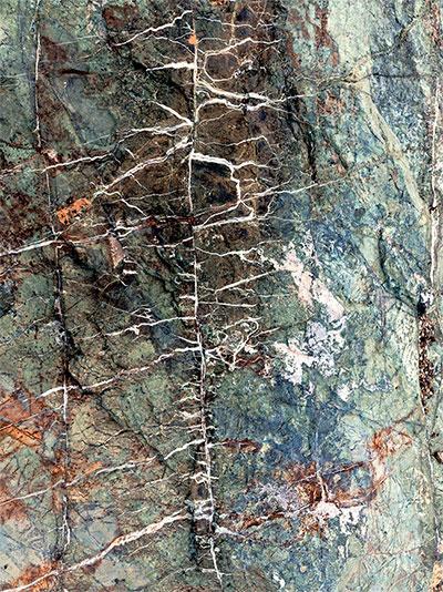 Các vệt trắng là những lớp khoáng chất chứa CO2 được hình thành khi nước có CO2 hòa tan chảy qua đá.