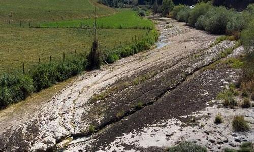 Lòng sông có cấu tạo từ đá vôi rất dễ nứt vỡ.