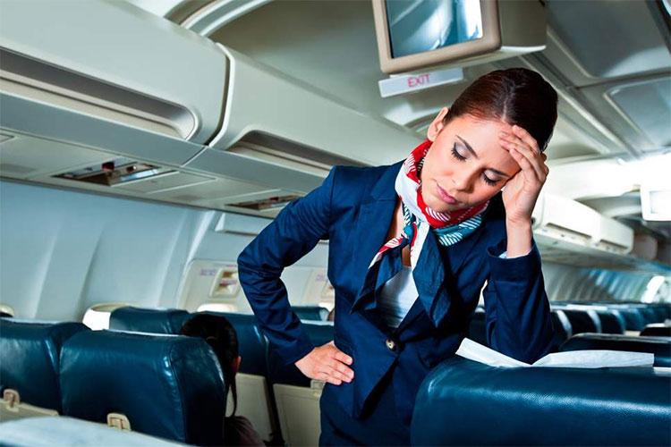 Tiếp viên hàng không thường gặp chấn thương vì hay phải di chuyển trên máy bay.