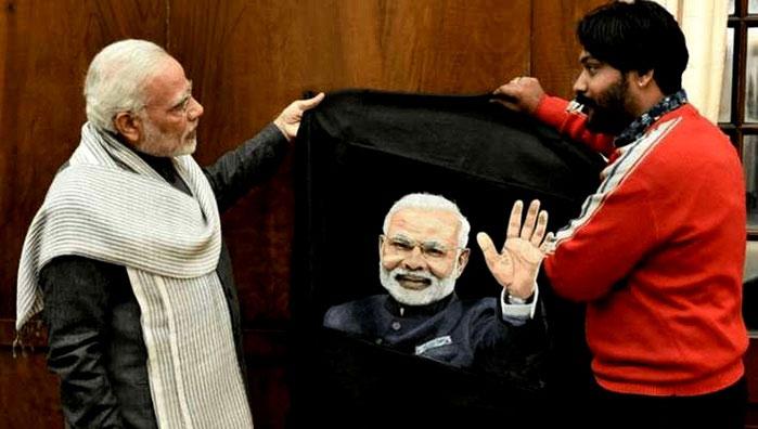 Chân dung thủ tướng Narendra Modi đang được Arun trao cho chính thủ tướng.