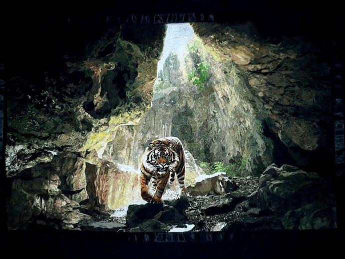 Bức tranh thiên nhiên với con hổ trong hang vô cùng sinh động.