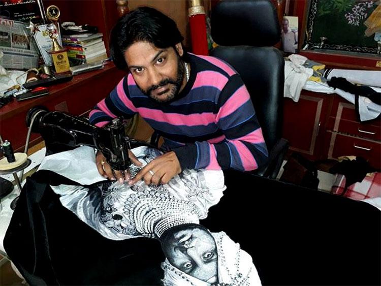 """Arun đang """"vẽ"""" trên máy may, hãy chú ý tới bộ mặt và nhất là đôi mắt vô cùng có hồn của nhân vật."""