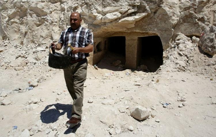 Khu mộ cổ được phát hiện bên trong một vách đá ở làng Idna.