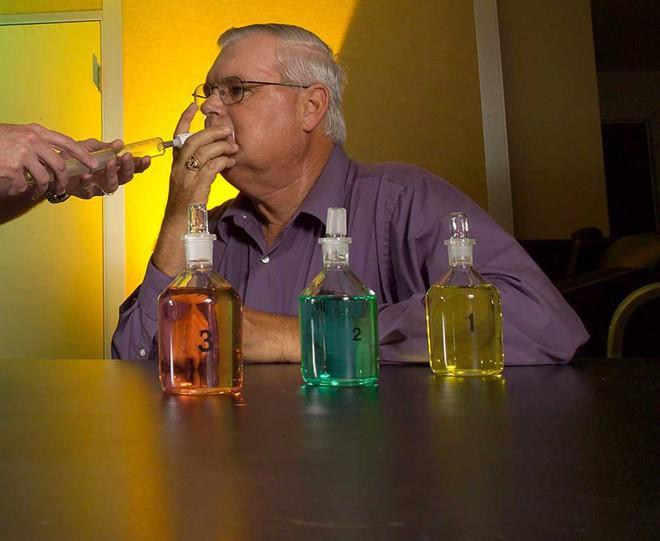 Aldrich ngửi các lọ hóa chất không được ghi nhãn