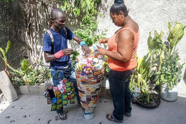 Một người bán thuốc dạo ở Haiti.