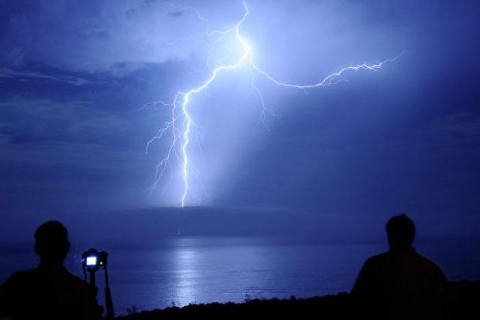 Sét phóng điện xuống bề mặt Trái đất