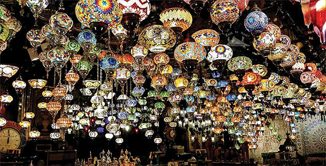 Một gian bán đèn ở chợ trời Bab Al Bahrain.
