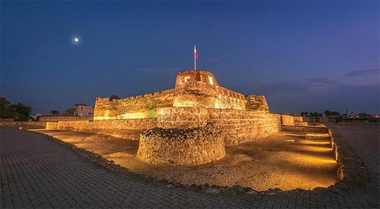 Pháo đài Arad rực rỡ dưới ánh đèn.