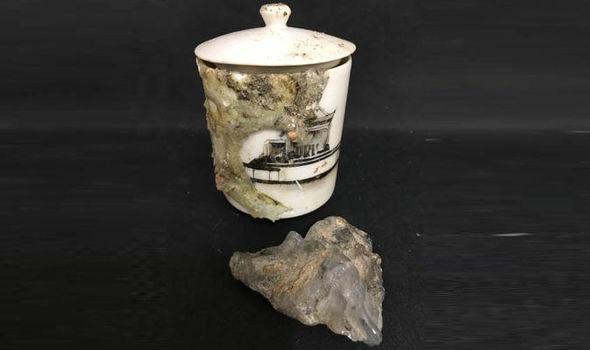 Mảnh kính tan chảy bởi sức nóng sau vụ nổ bom bám vào chiếc cốc sứ.