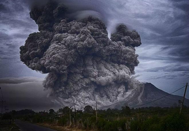 Cột tro bụi núi lửa khổng lồ.