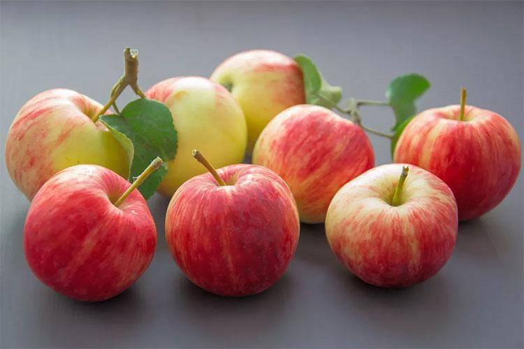 Tin tốt dành cho những người muốn giảm cân là nên ăn táo và không gọt vỏ.