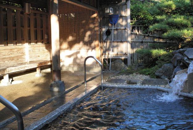 Tắm Onsen là truyền thống lâu đời của người Nhật.