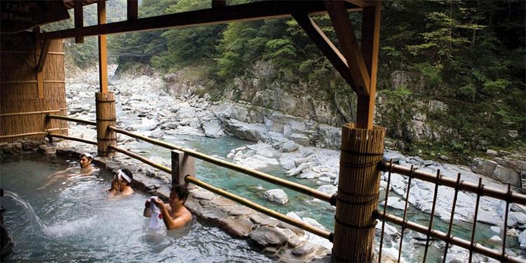 Onsen ở Nhật thường mở ra ở khu vực có phong cảnh rất đẹp