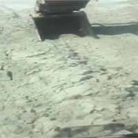 Mặt đất phập phồng như sóng nước dưới gầu máy đào