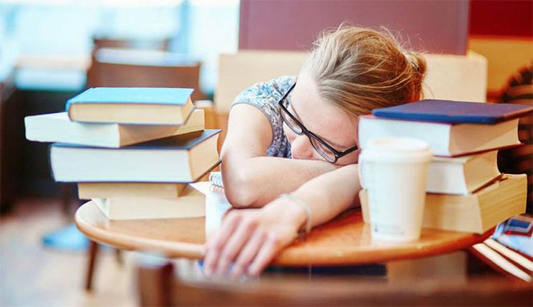 Khi cảm thấy mệt, hãy đi ngủ luôn, đừng cố gắng đọc thêm bất kỳ quyển truyện nào.