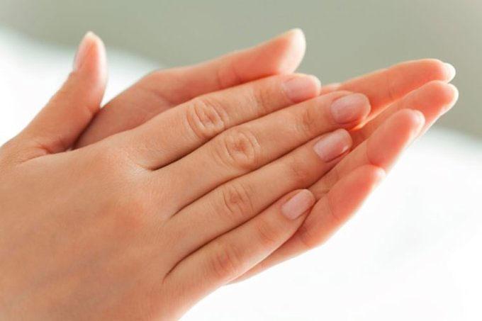 Lòng bàn tay đổ mồ hôi có thể là triệu chứng của thời kỳ mãn kinh