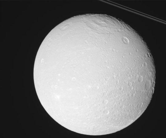 Mặt trăng này có đầy các hố thiên thạch.