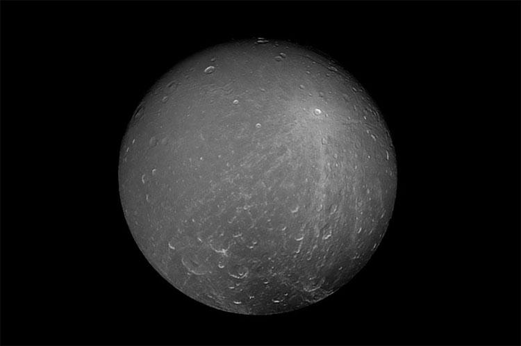 Dione trong các góc ảnh khác, cũng do tàu Cassini chụp
