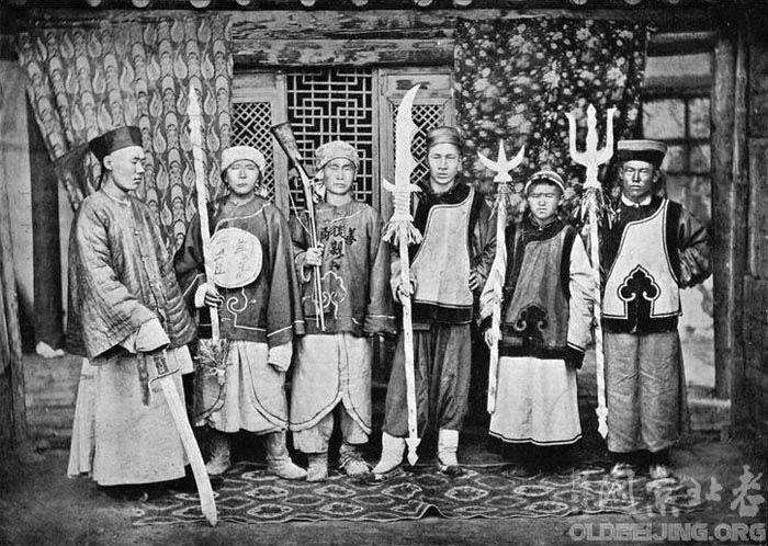 Còn đây là lính nhà Thanh ở Tân Cương, vũ khí đều là dạng kỳ hình dị trạng.